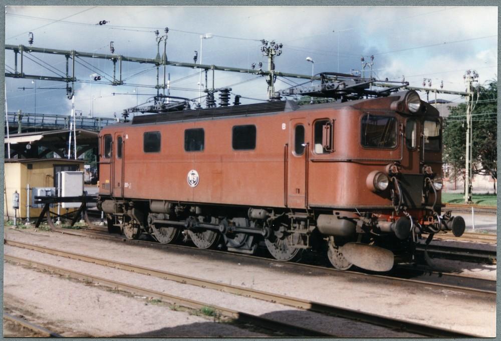 SJ Da 819 i Borås 1988, med SAB-hjul, igensatt övergångsdörr och borttagen grind. Källa Samlingsportalen Jvm.KDAJ08874