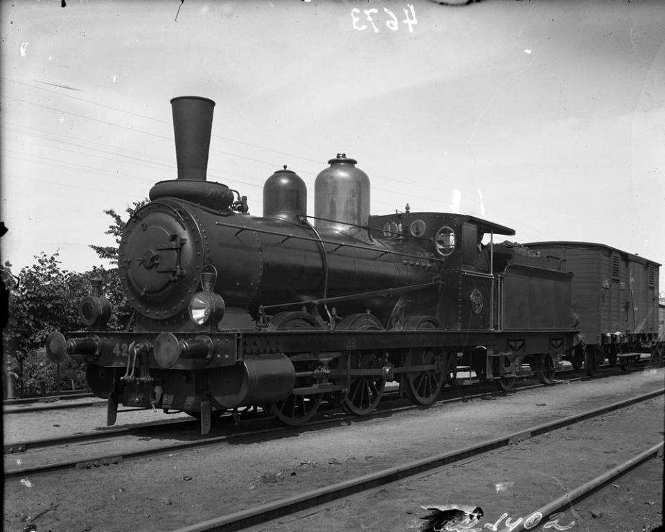 SJ Kd 428 i Skövde 1902, en tidig Kd med smal hytt. Källa Samlingsportalen, Jvm.KABA00039