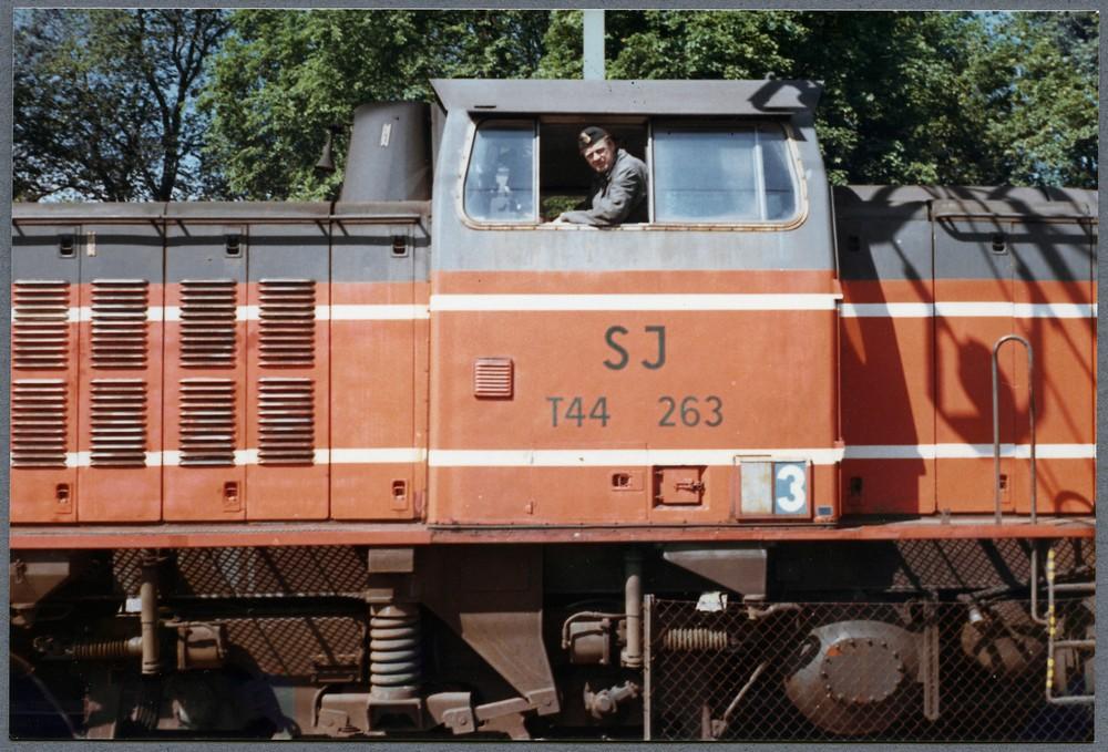 SJ T44 263 med det första orange/gråa färgschemat i Kungsbacka. Källa Samlingsportalen Jvm.KDAJ09412