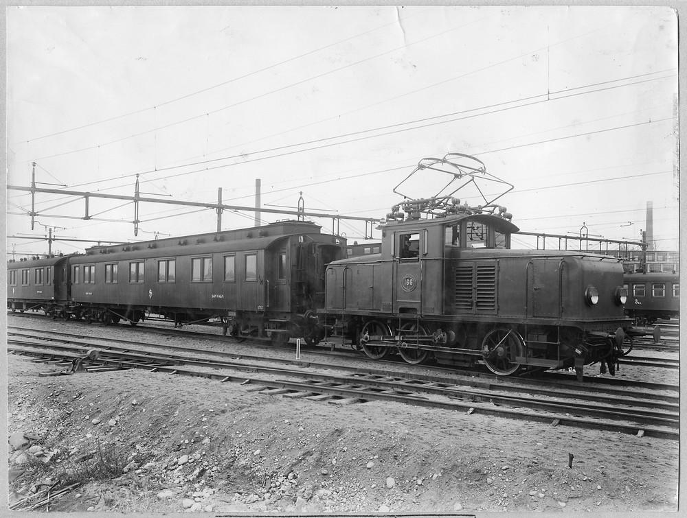 SJ Ub 166, en tidig Ub, växlar personvagnar i Hagalund. Källa Samlingsportalen Jvm.KDAF04920
