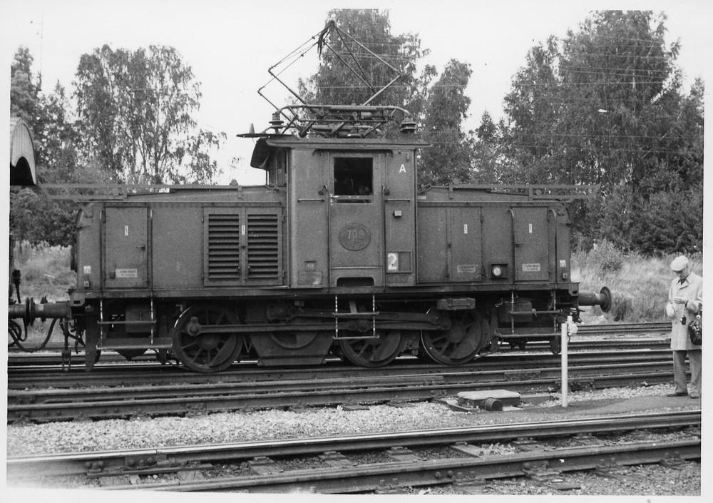 SJ Ub 709 i Kil 1979, en sen Ub med skenor för luckor över huvarna. Källa Samlingsportalen Jvm.KDAJ08833