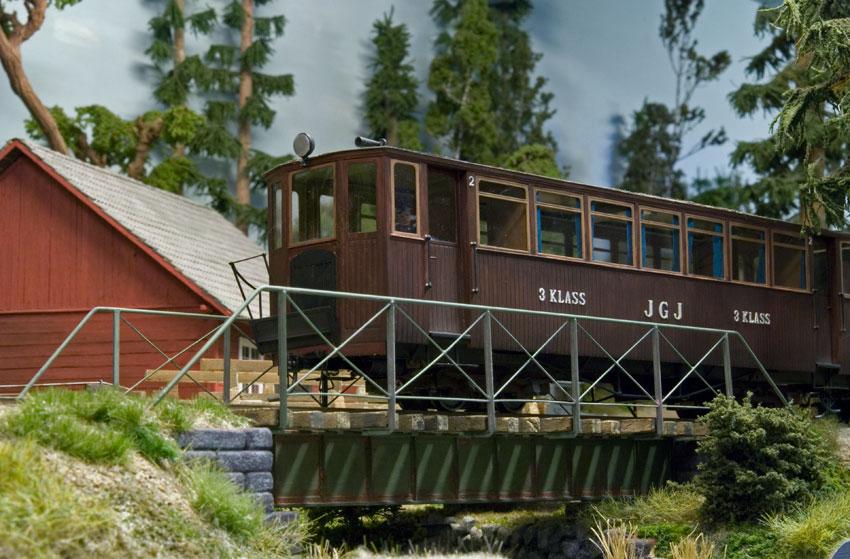 JGJ-motorvagn-pa-bron.jpg